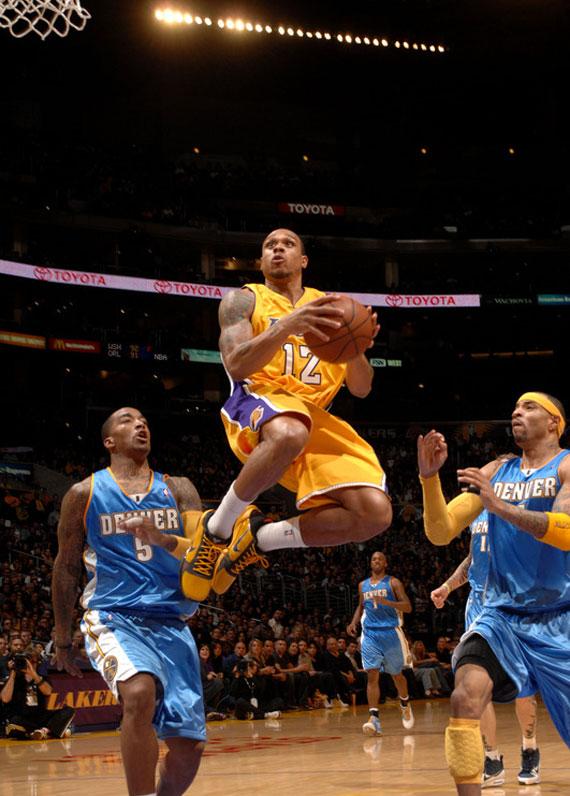21a6055e1774 NBA Feet  Kobe Bryant + Laker Teammates - Zoom Kobe V - Bruce Lee ...