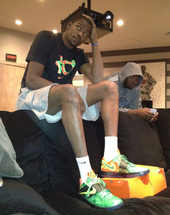 Nike zoom kd iv 39 weatherman 39 new images for Kevin durant weatherman shirt