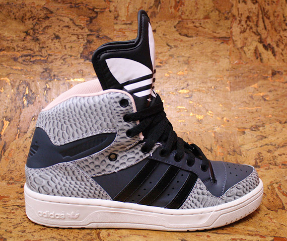 sneakers for cheap f4b87 30886 adidas Originals Metro Attitude Logo W  Snake Pack