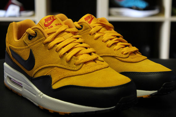 nike air max 1 black and gold