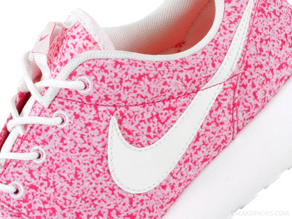 Wmns Nike Roshe Run Pink Sail