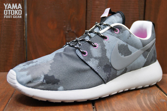 nike roshe run dark grey printed trainers club