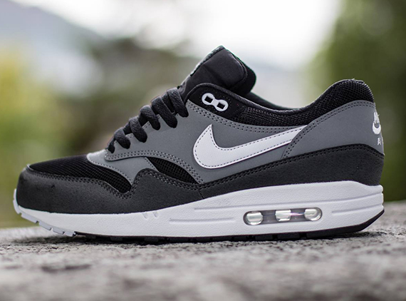 black and grey nike air max 1