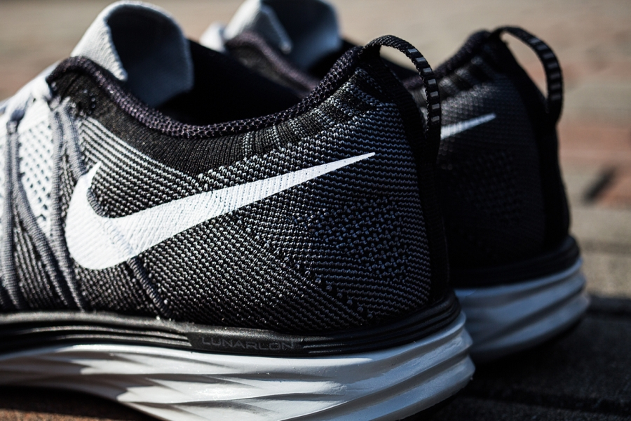 Nike Flyknit Måne 2 Svarte Og Hvite Kvinners Joggesko n4C2iT71