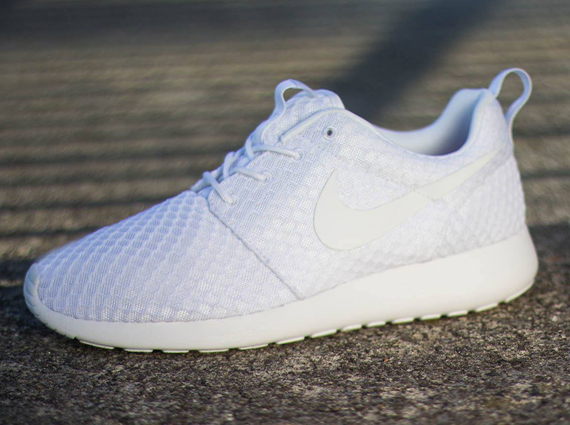 all white roshe run