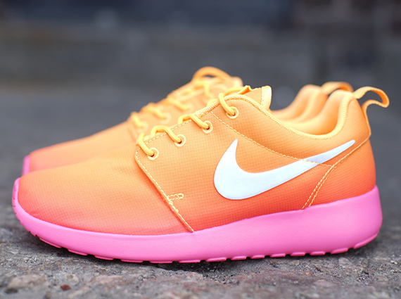 nike roshe atomic mango pink glowing
