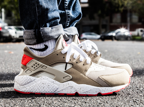 The Nike Huarache continues to elude the U.S. market as get yet another painful look at an incredible new retro colorway. Combining light beige and laser