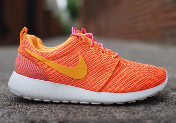 finest selection 19b2c f73a9 Nike Womens Roshe Run – Pink Glow – Atomic Mango