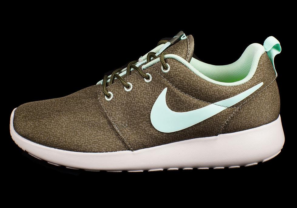Nike Women\'s Roshe Run - Khaki - Mint - SneakerNews.com
