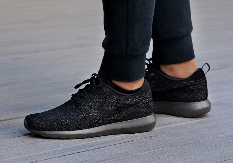 Nike Roshe Kjøre Svart Og Hvitt August RRhNIC