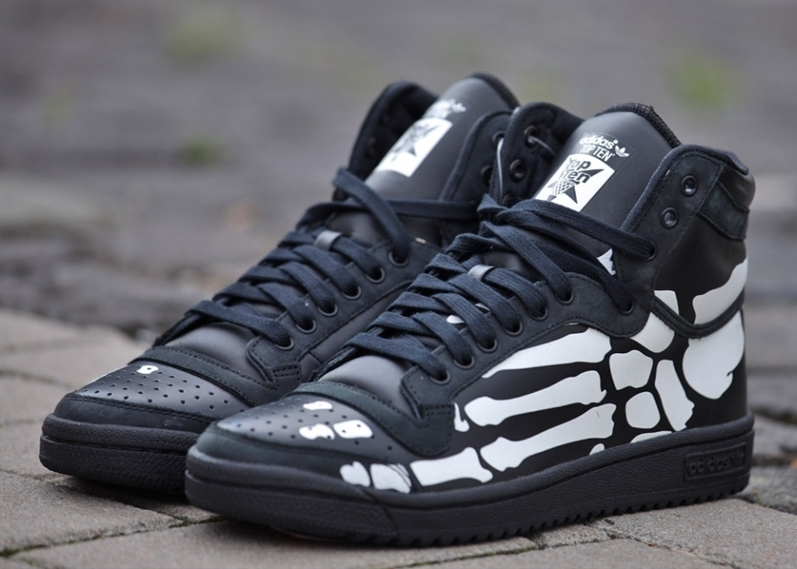 the latest 6bea2 2d554 adidas Originals apparently want to help you sort out your Halloween  costume with this pair of the adidas Top Ten Hi. The pair definitely looks  like a ...