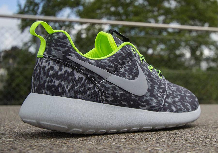 Nike Roshe Courir Mot Imprimé Gris Loup Gris Clair Volts
