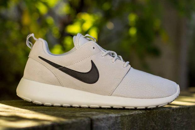 Nike Roshe Ejecutar Negro Con Gris Swoosh z7QaRCF