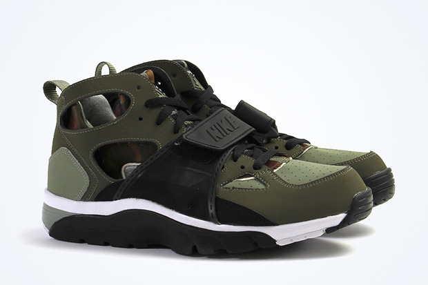 The Nike Air Trainer Huarache is going to be getting a Medicine Ball Trainer look to coincide with the imminent release of the Air Trainer III retro, ...