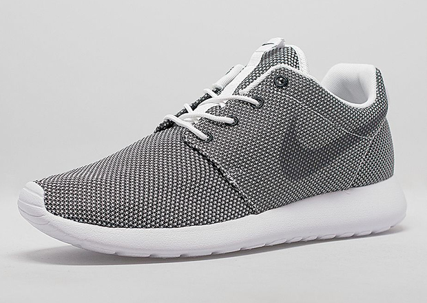 black and white roshe run nike