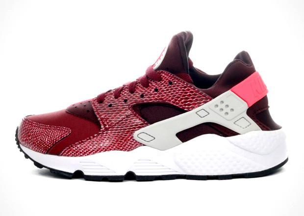 """d2a0fb8549 ... Nike Women's Air Huarache """"Team Red"""" now from select European shops.  Source: 43einhalb"""