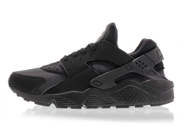 finest selection d33c7 796c2 All-Black Nike Air Huaraches Are Releasing Again - SneakerNews.com