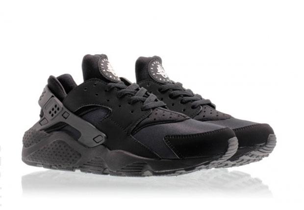 795557f0000d All-Black Nike Air Huaraches Are Releasing Again - SneakerNews.com