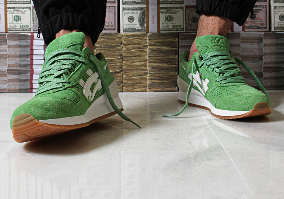 """the concept of green shoe option Project report on """"green shoe option"""" defination """"green shoe option means an option of allotting equity shares in excess of the equity shares offered in the public issue as a post listing price stabilizing mechanism""""."""