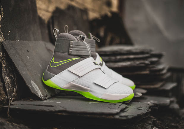 "0dce9ec823d The traditional ""Dunkman"" colorway is back once again on a LeBron James  signature sneaker for 2016. This time around it s the Nike LeBron Soldier 10  that ..."