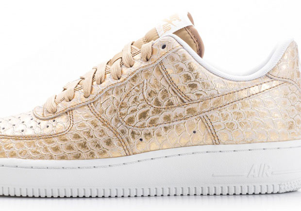 Not content with just one gold edition of the shoe this summer, Nike Sportswear drops a second shining edition of the Air Force 1 Low.
