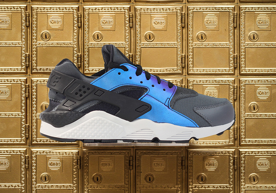 sports shoes f7684 43df3 Nike Releases The Air Huarache With Iridescent Uppers