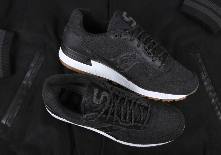 all black saucony running shoes