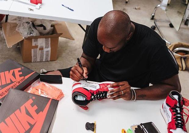 6a78a924b1e093 Virgil Abloh Hand-Signs His OFF WHITE x Air Jordan 1 For VIPs