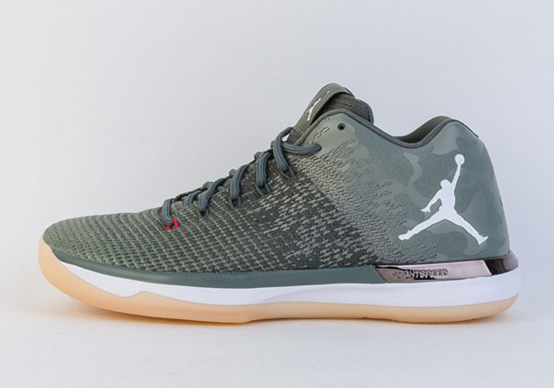 The Jordan 31 Low is a serious performance model upgraded from past  generations thanks to Flight Speed technology, Zoom Air cushioning, a woven  upper paired ...