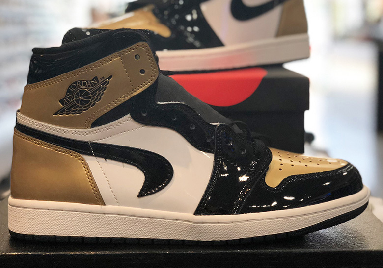 """03970a033be Unlucky Customer Receives Air Jordan 1 """"Gold Toe"""" With Upside-Down Swoosh"""