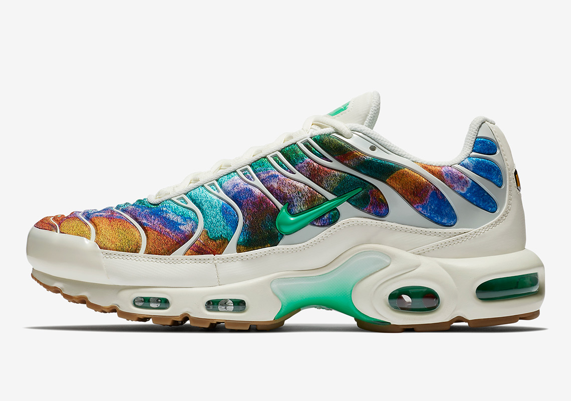 the latest 05021 11d41 Nike Air Max Plus Alternate Galaxy AR1949-100 | SneakerNews.com