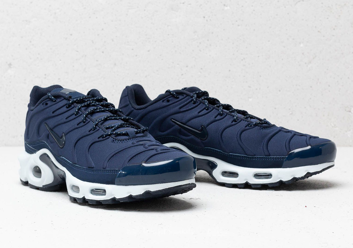 check out 33de5 0fd12 The Nike Air Max Plus SE Features Molded Uppers