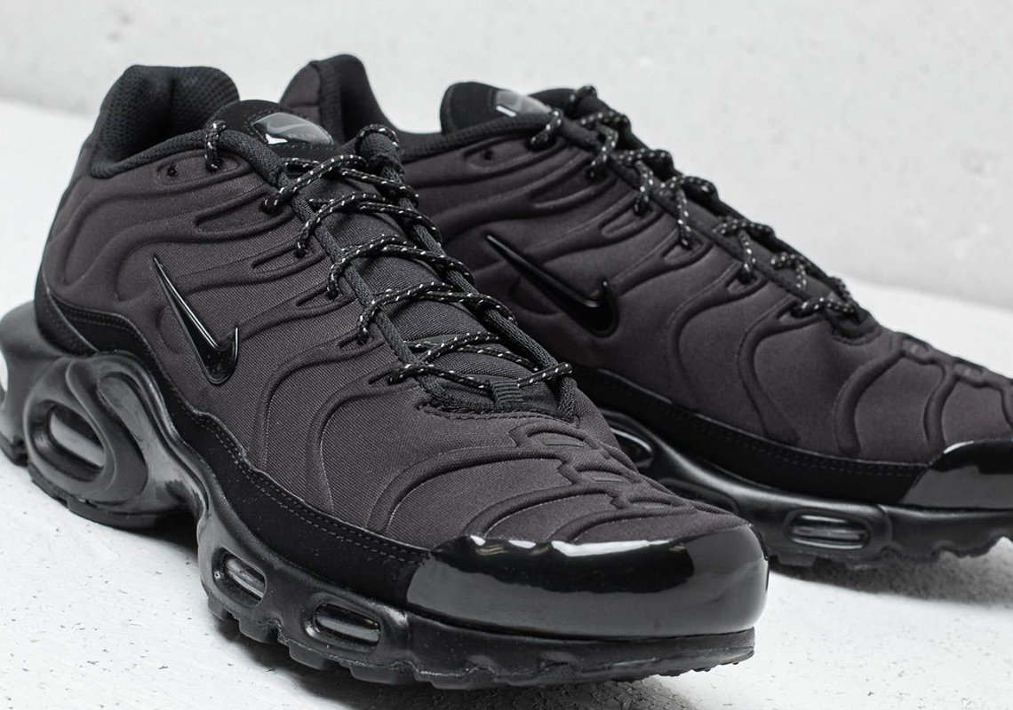"7253d7e5327e The Nike Air Max Plus SE ""Triple Black"" Features Molded Uppers"