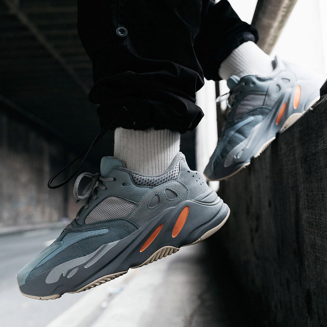 premium selection 575f5 5a37a adidas Yeezy 700