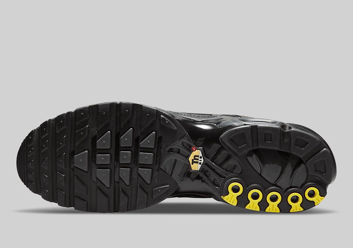 Nike Air Max Plus Triple Black DB0682-001 | SneakerNews.com